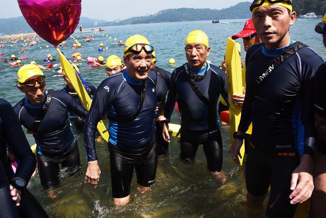 前總統馬英九昨天第五度挑戰泳渡日月潭。 記者黑中亮/攝影