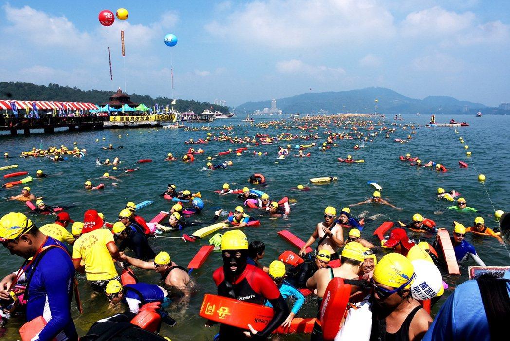 密密麻麻的泳客挑戰泳渡日月潭,分批下水的場面壯觀。 記者黑中亮/攝影