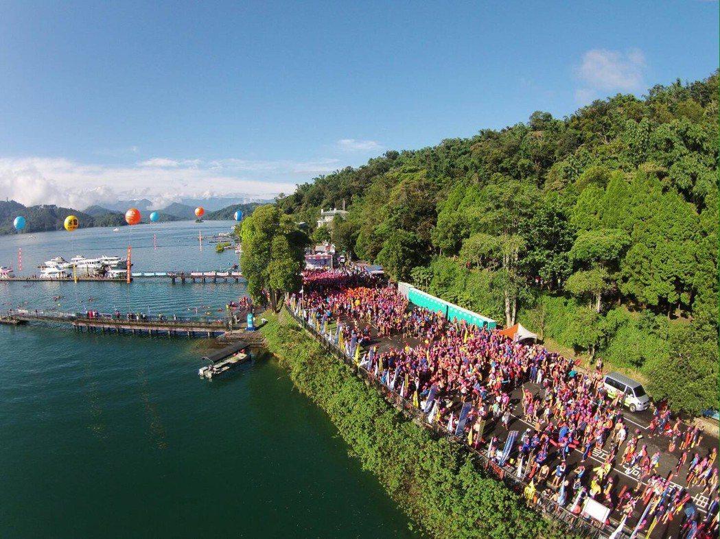 萬人泳渡日月潭每年都吸引近2萬人參加,是國內最大最多人一同下水的盛舉。 記者黑中...