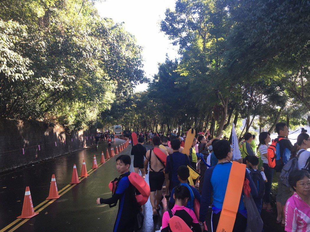 天剛晨曦,近2萬名泳客以徒步方式前往朝霧碼頭出發站。 記者黑中亮/攝影