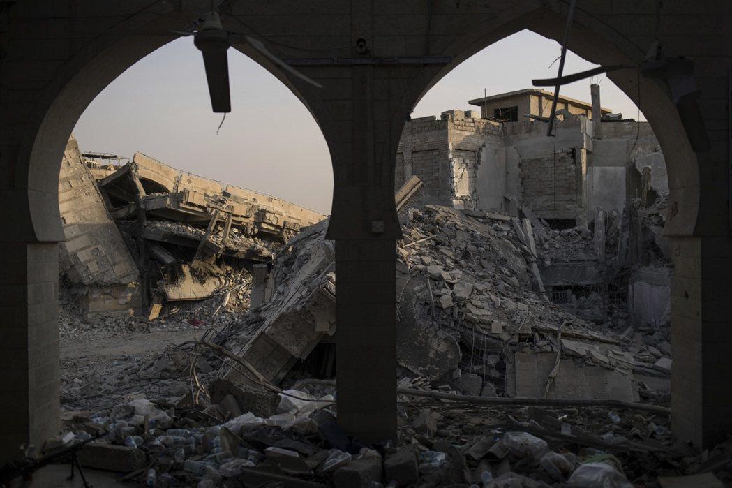 摩蘇爾舊城多數建築成為瓦礫堆,也讓清除伊斯蘭國遺留的土製炸彈工作加倍艱難。 ...