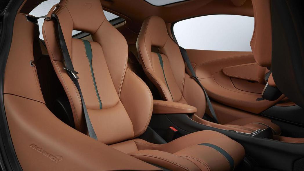 MSO在原先座艙格局下,融入綠色皮革與綠色縫線,打造全新視覺感受。 圖片來源:McLaren