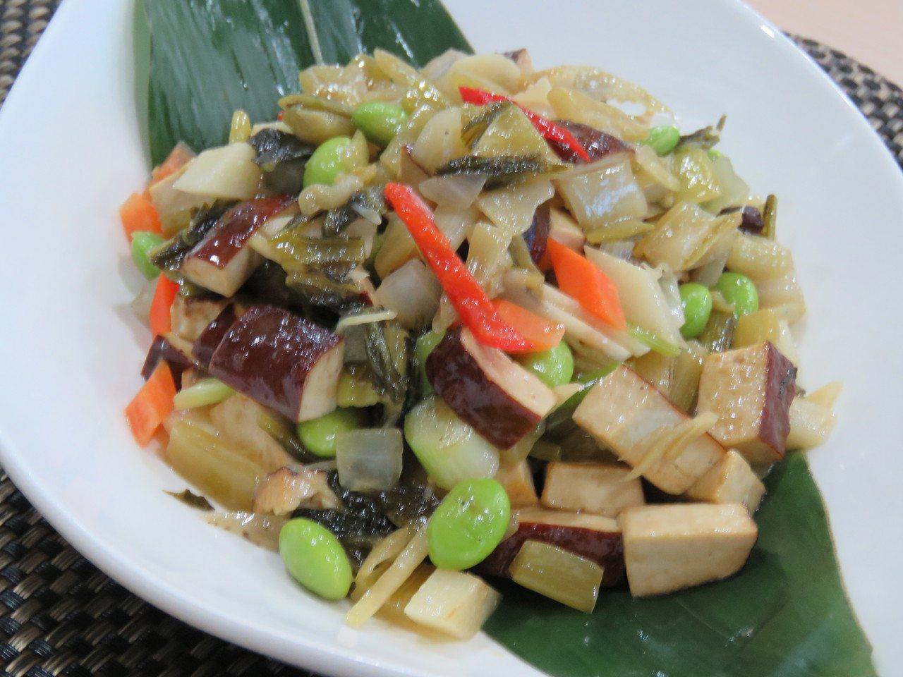 客家酸菜料理「豆干炒酸菜」。記者張弘昌/攝影
