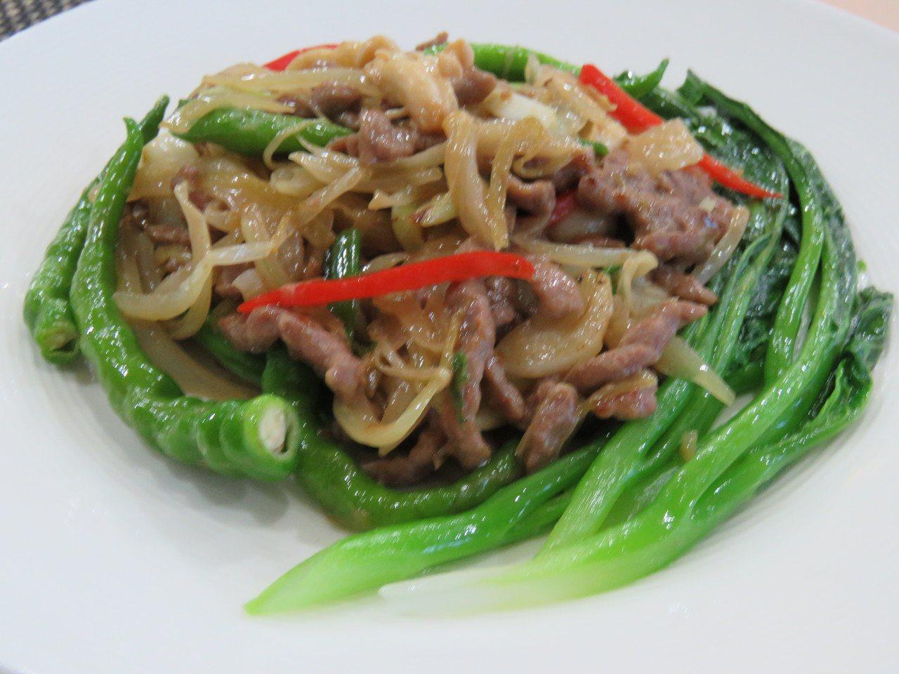 客家酸菜炒牛肉。記者張弘昌/攝影