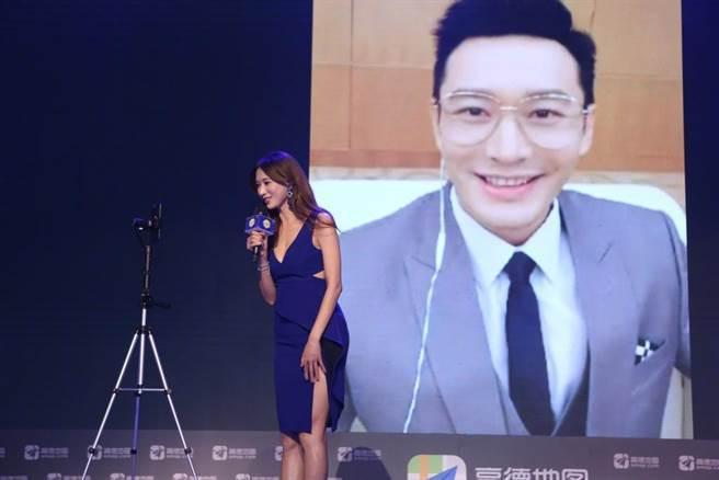 林志玲日前與黃曉明視訊。圖/摘自微博