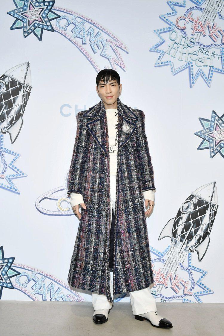 日前在香奈兒與初衣食午合作的快閃裝置派對活動上,蕭敬騰穿著一席香奈兒秋冬藍紫色斜...