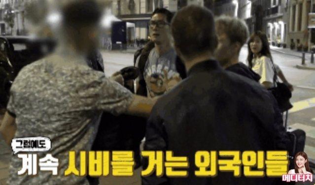 朴俊亨被外國搶匪包圍。圖/摘自IG