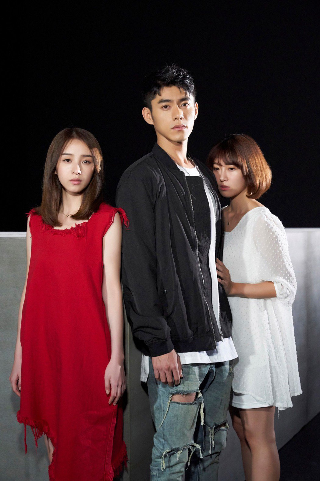 二珂(左)新歌「三角題」講述三角戀,MV找來電影「七月與安生」男主角李程彬。圖/...
