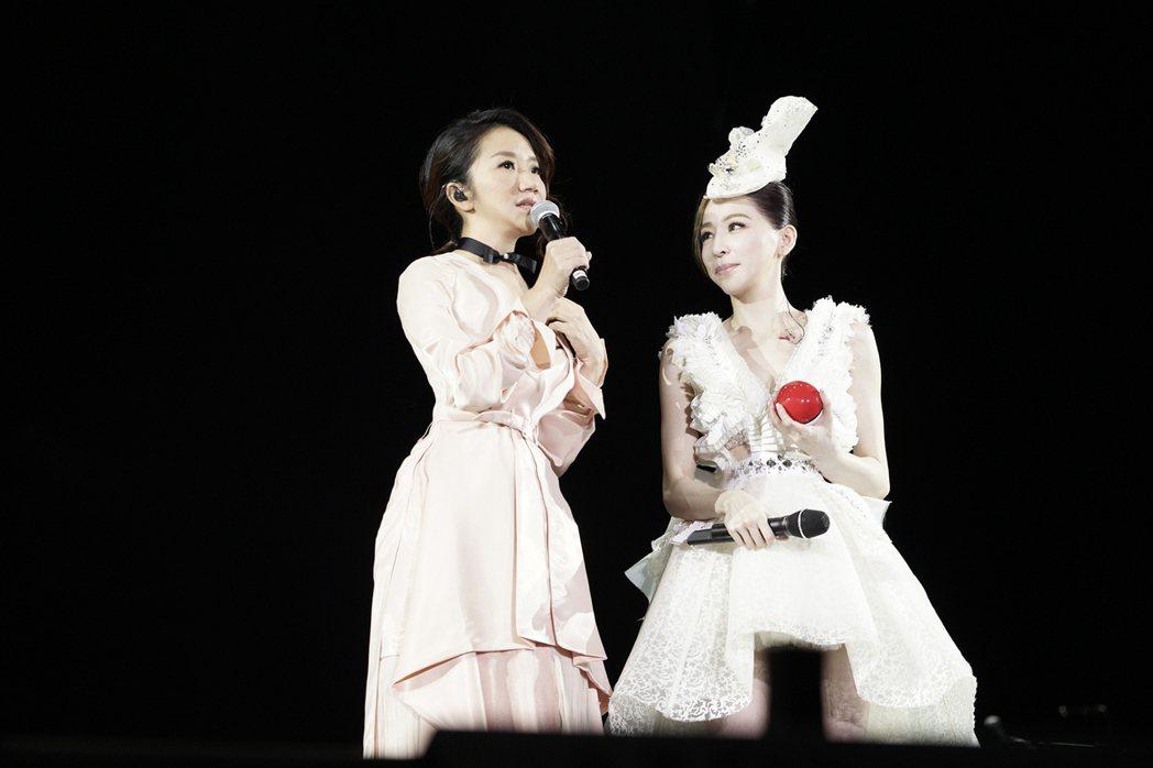 王心凌(右)23日在深圳開唱,陶晶瑩擔任嘉賓,她拿出「幸福法器」祝王心凌找到幸福