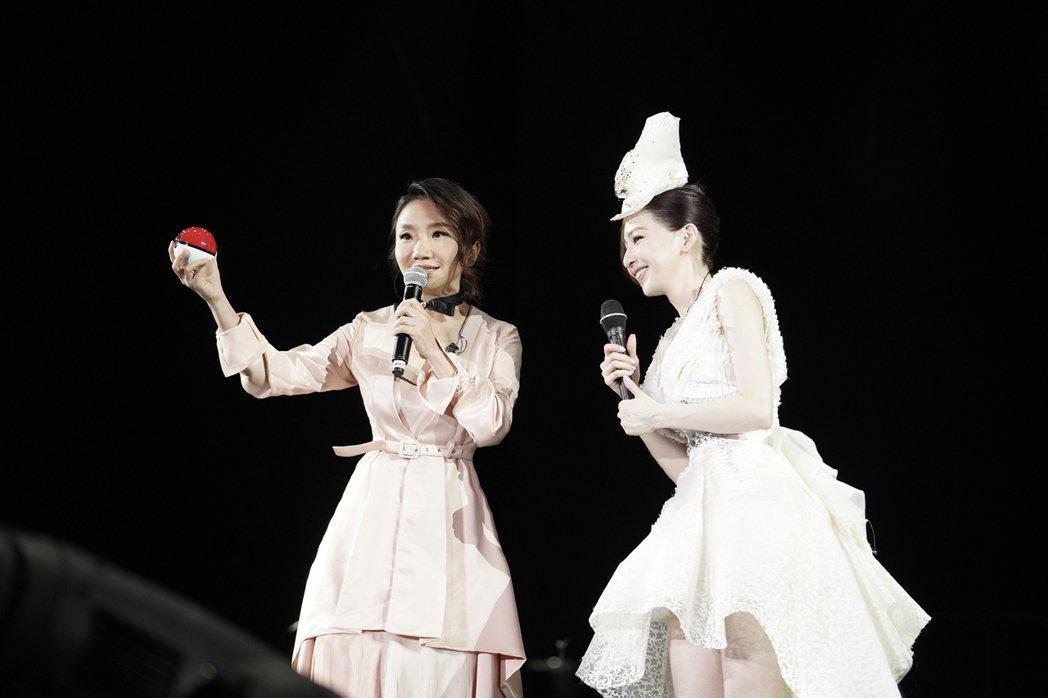 王心凌(右)23日在深圳開唱,陶晶瑩擔任嘉賓,她拿出「幸福法器」祝王心凌找到幸福...