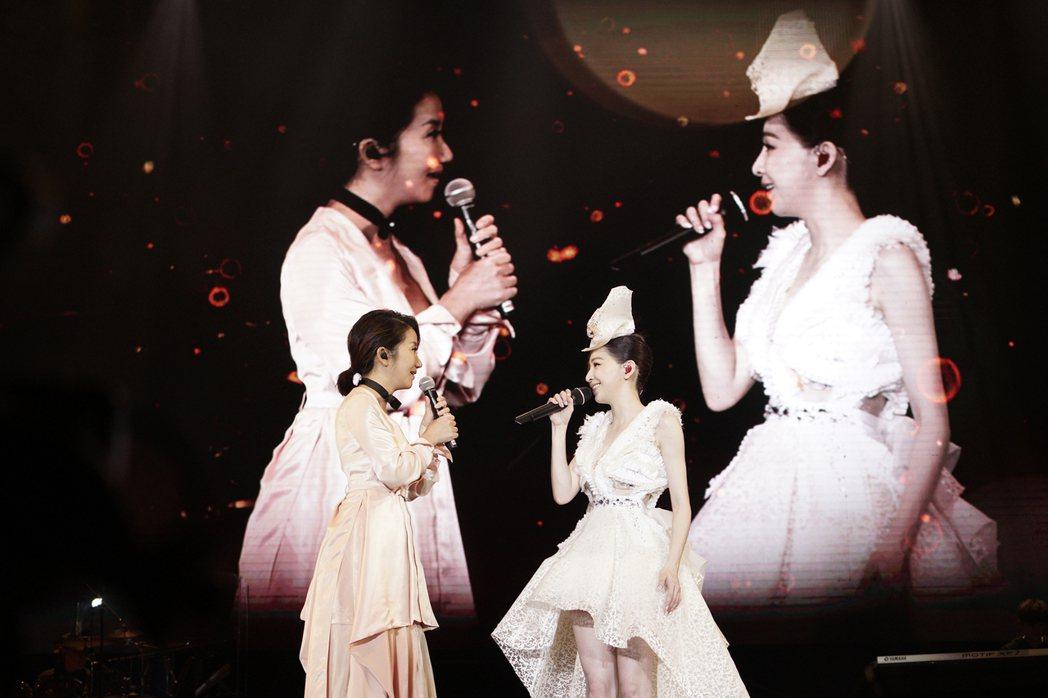 王心凌(右)23日在深圳開唱,陶晶瑩擔任嘉賓。圖/天晴音樂提供
