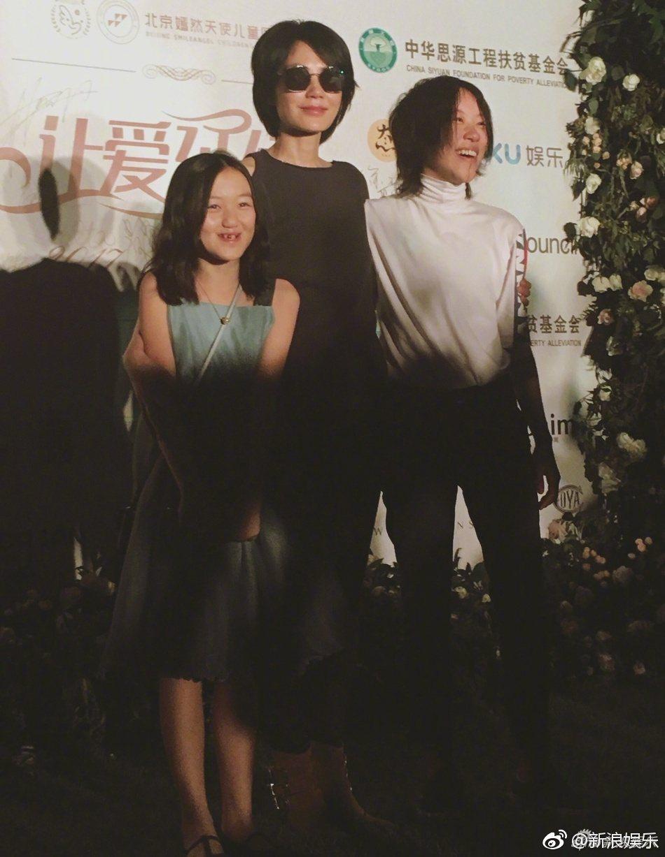王菲(中)和女兒李嫣(左)、竇靖童(右)現身慈善晚宴。圖/翻攝自新浪娛樂微博