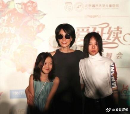 王菲(中)和女兒李嫣(左)、竇靖童(右)現身慈善晚宴。圖/翻攝自搜狐娛樂微博