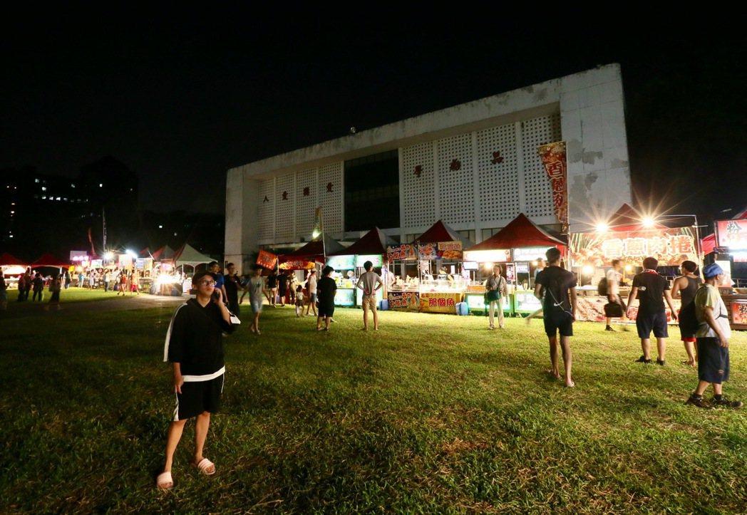 在台大校園舉辦的「中國新歌聲」活動因抗議被迫取消,而因活動成形的「台大夜市」,成...