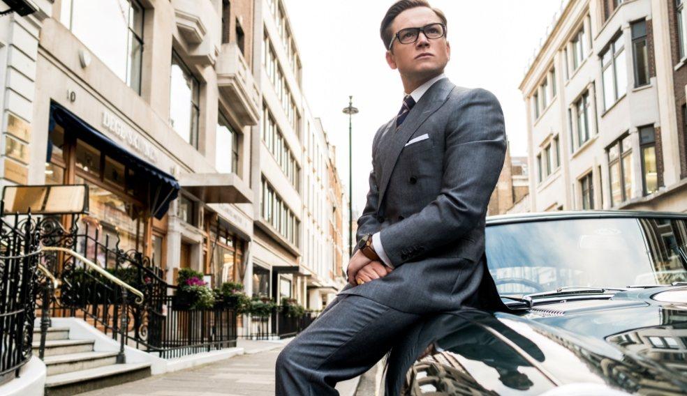 泰隆艾格頓所飾演的年輕特務「加拉哈德」,致敬羅傑摩爾的007系列主角詹姆斯龐德。