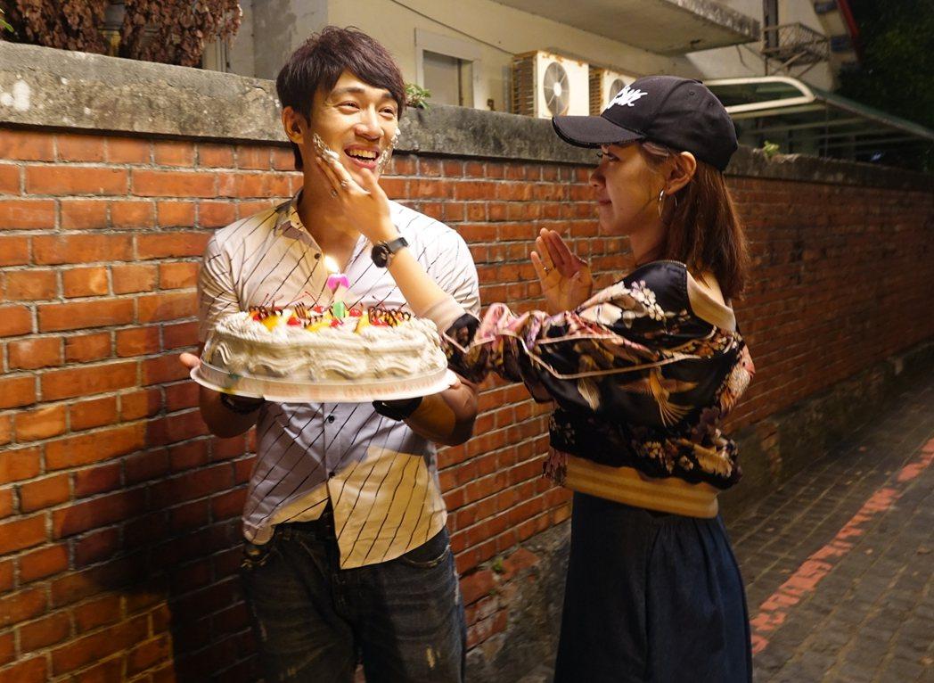 李政穎(左)捧蛋糕慶生,林玟誼搞笑抹奶油。圖/摘自李政穎臉書