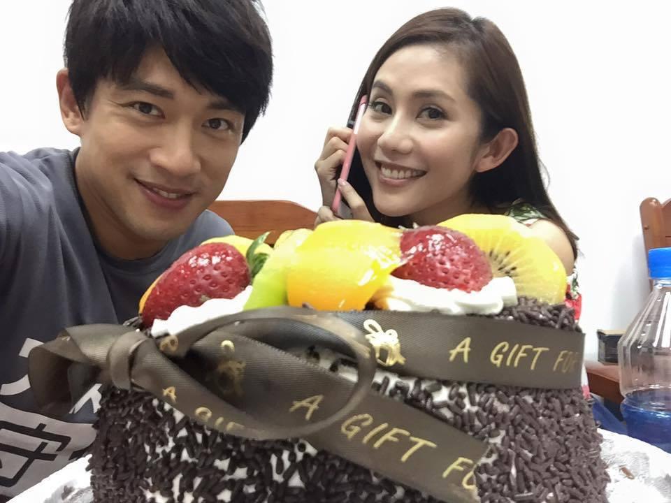 李政穎(左)日前在劇組過41歲生日,王宇婕和劇組演員為他慶生。圖/摘自李政穎臉書