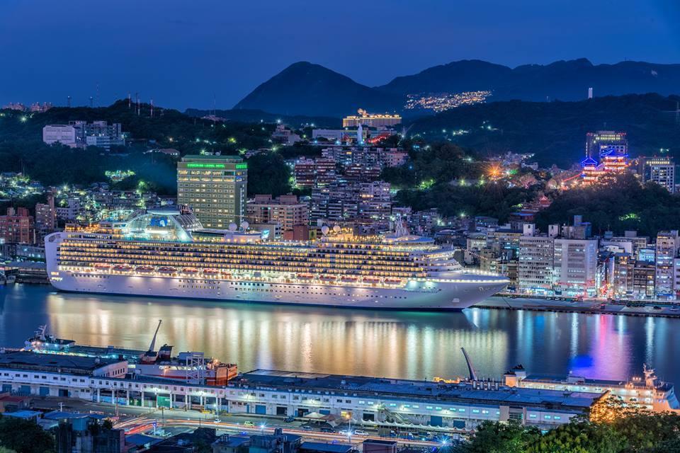 這個月15日進基隆港的藍寶石公主,在港都、山城襯托下,美的讓人驚呆了,郵輪已是基...