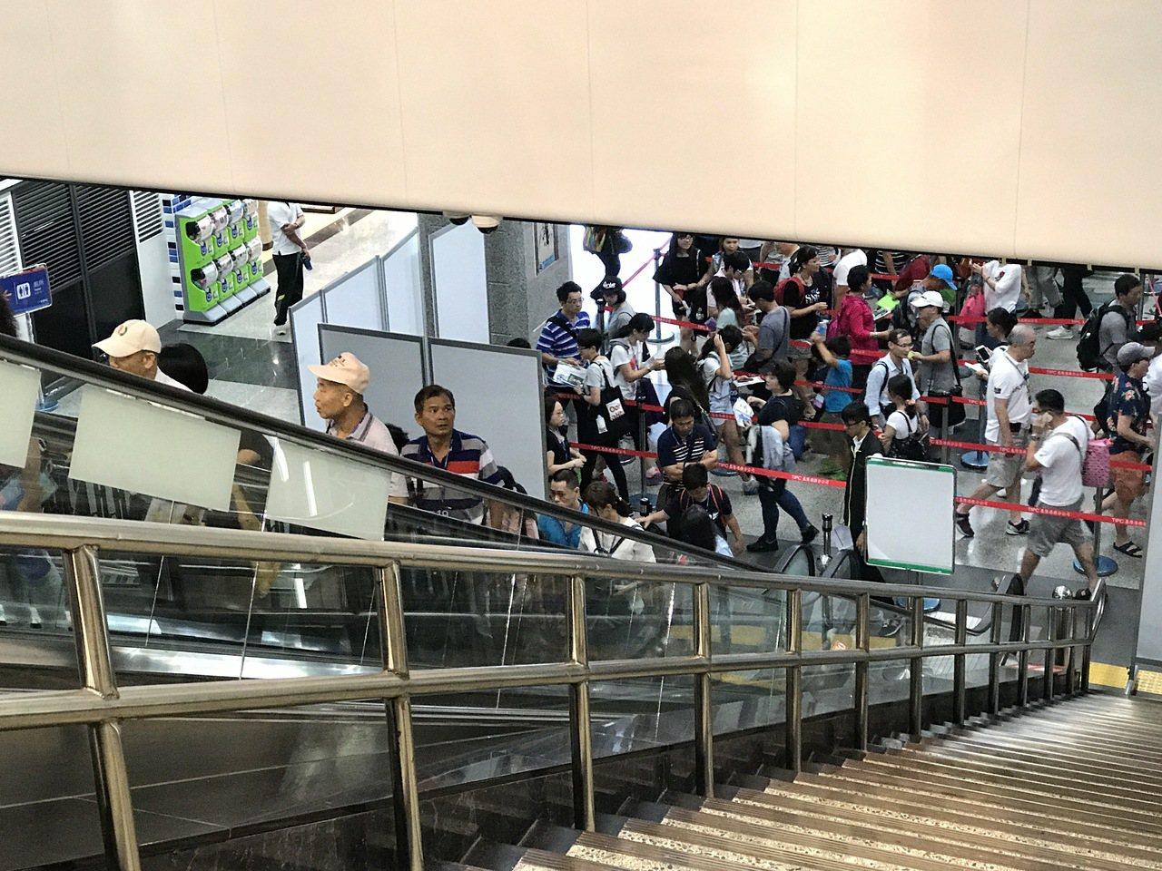 來基隆港搭郵輪的遊客,常從二樓滿到一樓再滿到門口。記者吳淑君/攝影