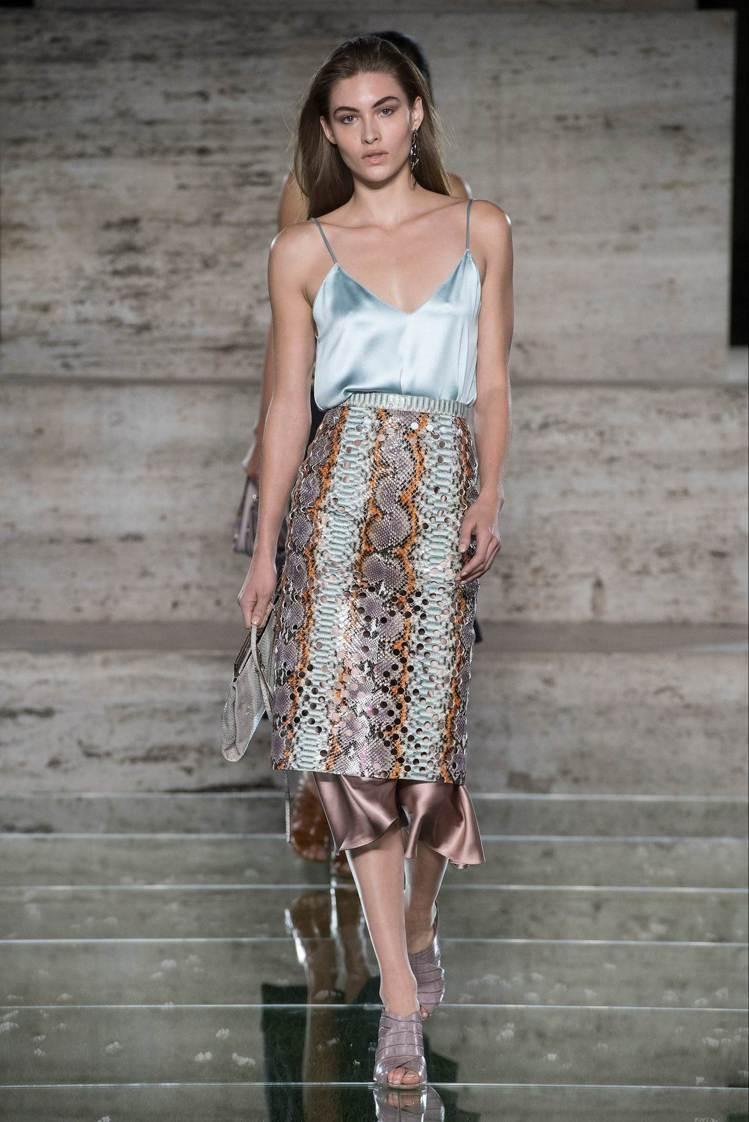 Ferragamo女裝設計總監Fulvio Rigoni在2018春夏系列繼續將...