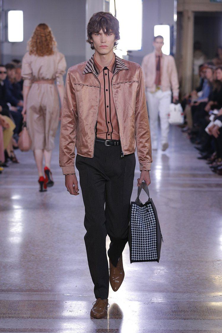 不同於上一季的復古典雅,Bottega Veneta全新一季則是換上帥氣華麗風。...
