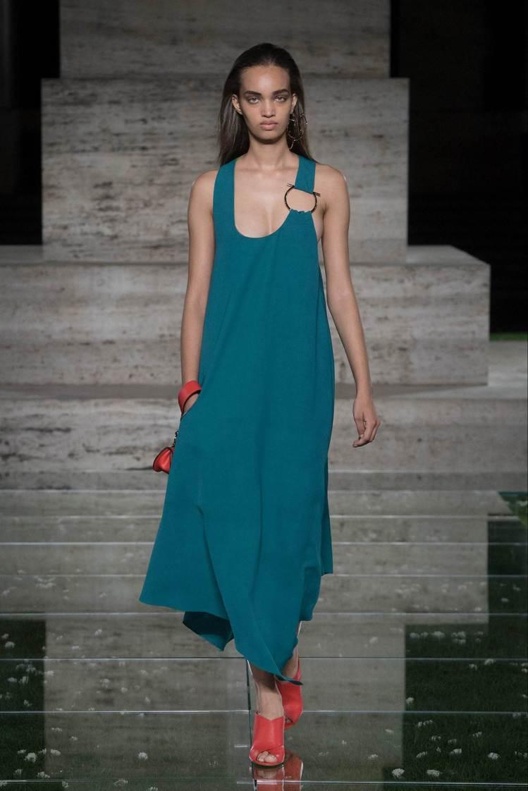 二○年代鉛筆廓形、三○年代的流蘇,五○年代的長裙和七○年代的喇叭褲甚至是九○年代...
