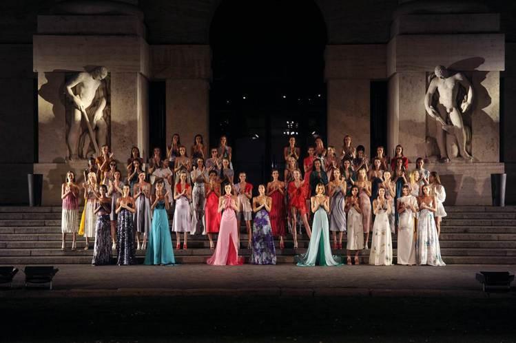 Ferragamo 2018春夏女裝秀場,燈光由被喻為「光之詩人」的德國照明設計...