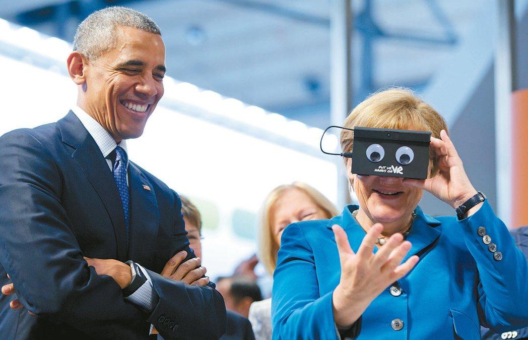 德國總理克爾去年4月體驗擴增實境眼鏡,美國前總統歐巴馬則在一旁看得笑開懷。 美聯...