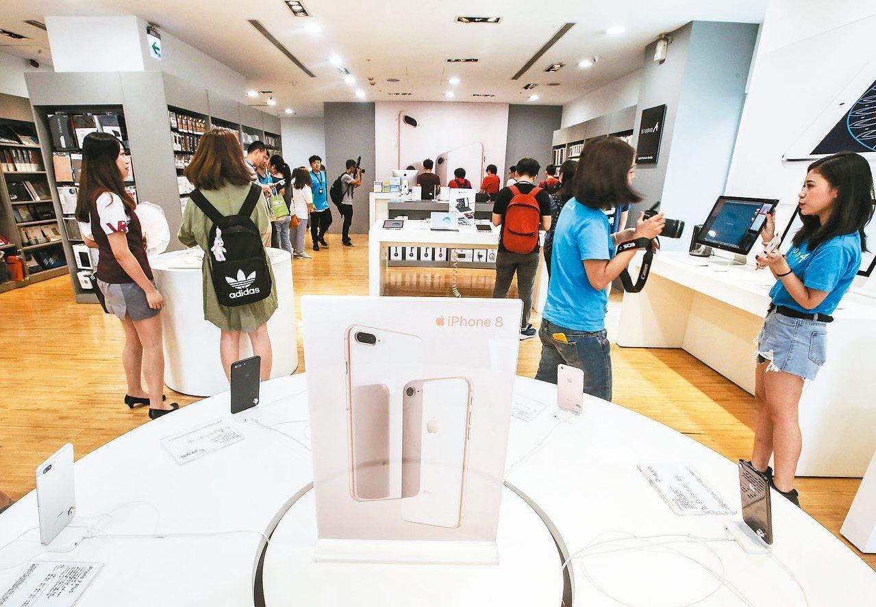 蘋果iPhone8系列手機上周在台灣開賣,蘋果公司因為與金管會尚未達成共識,因此...