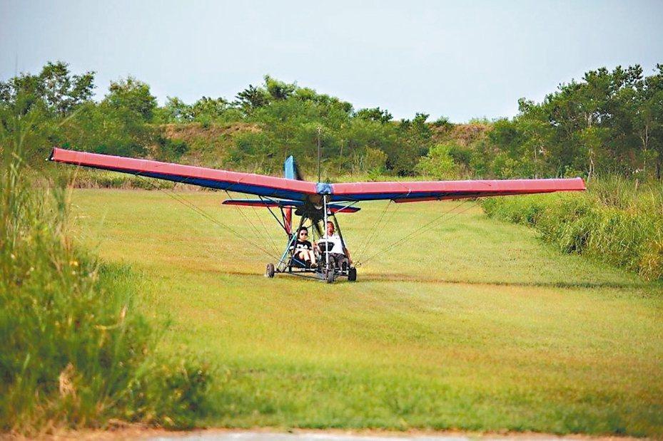 簡單的機體,一小片綠地,就這樣快速揚起、升空。 記者羅建怡/攝影