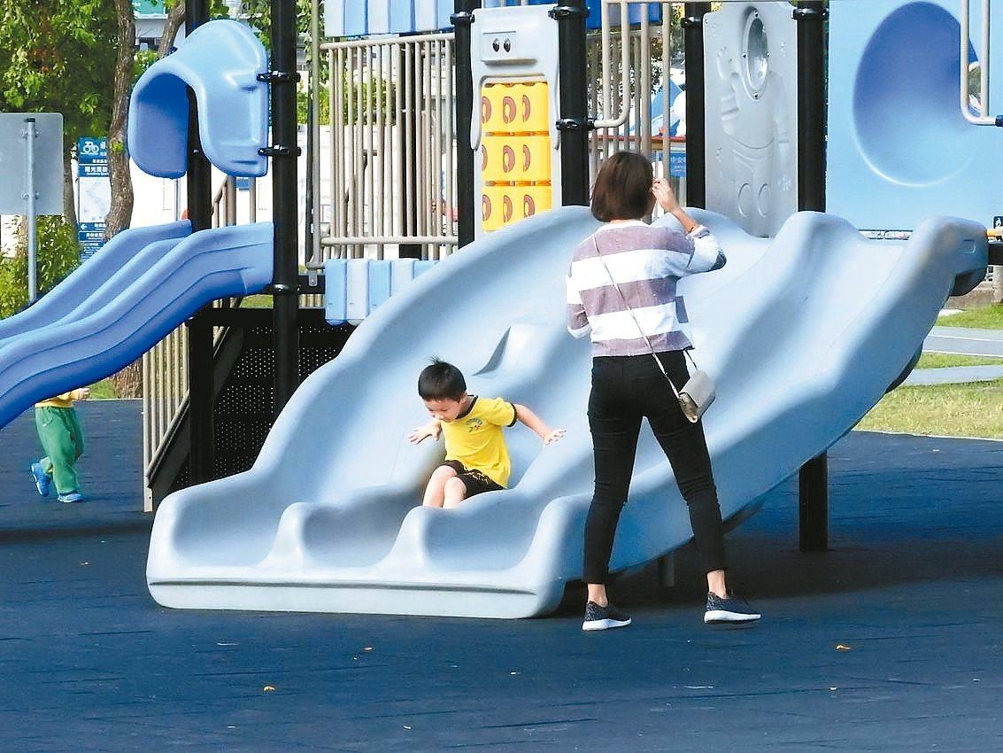 多數公園採用「罐頭遊具」挨轟,今年新北市府挑15公園,改善為「共融式遊具」。 記...