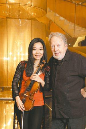 華裔小提琴家侯以嘉與英國皇家愛樂指揮約翰.尼爾森。 記者陳立凱/攝影