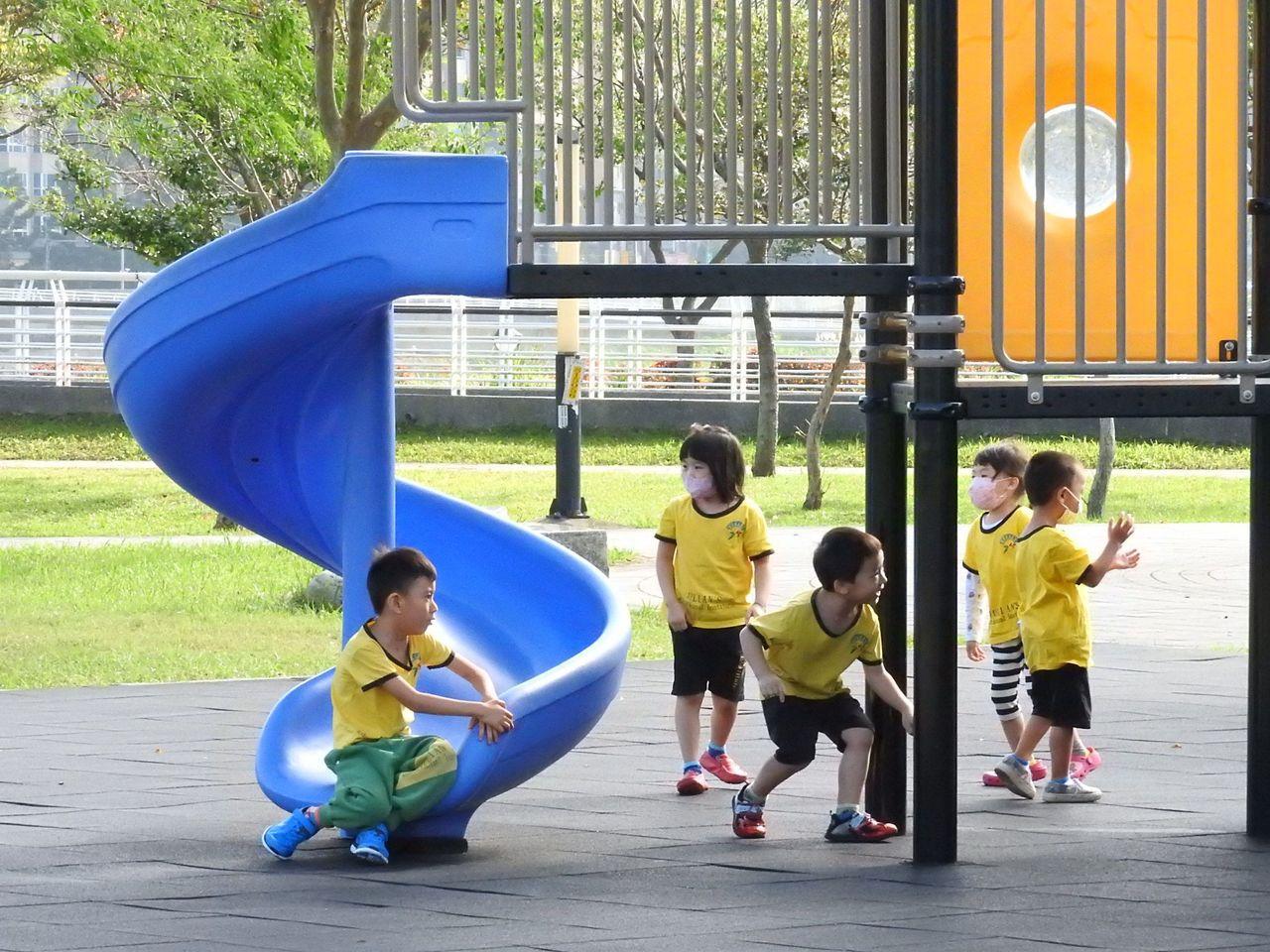 多數公園採用被稱為「罐頭遊具」的塑膠組合遊具,今年新北市府挑選15個公園,改善為...