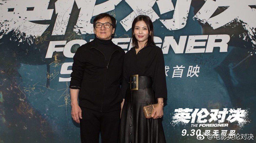 功夫巨星成龍24日在北京出席新片「英倫對決」首映會。右為女主角劉濤。圖/摘自微博