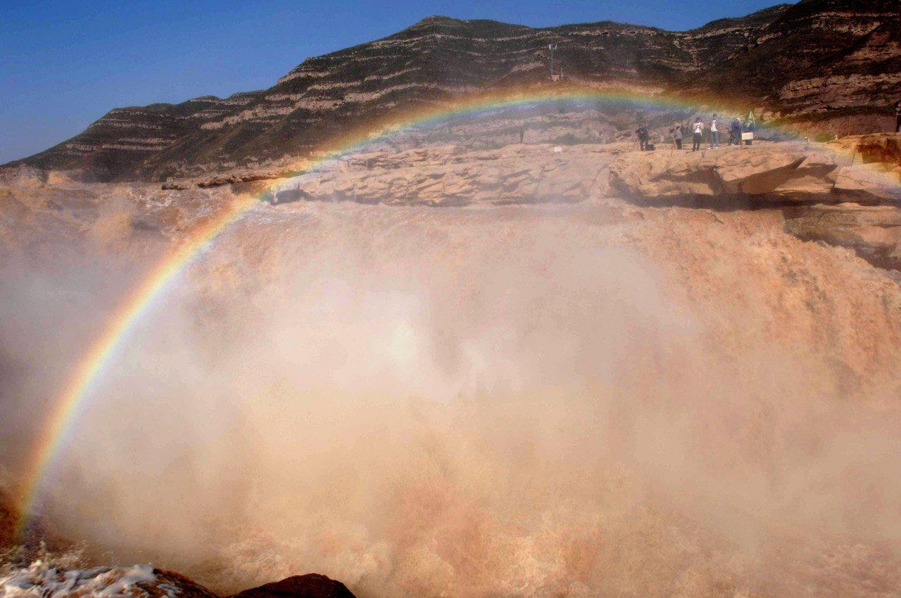 從2000年開始迄今,黃河攜帶的泥沙量銳減,水體也開始持續變清。圖為黃河壺口雨後...