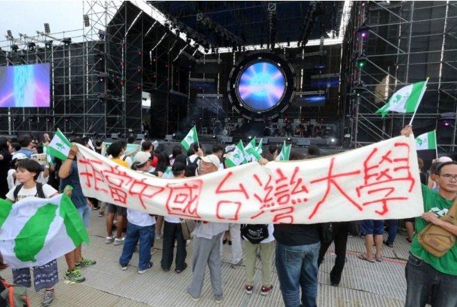 中國大陸選秀節目「中國新歌聲」昨在台大校園內舉辦卻引發學生與民團抗議造成流血衝突...
