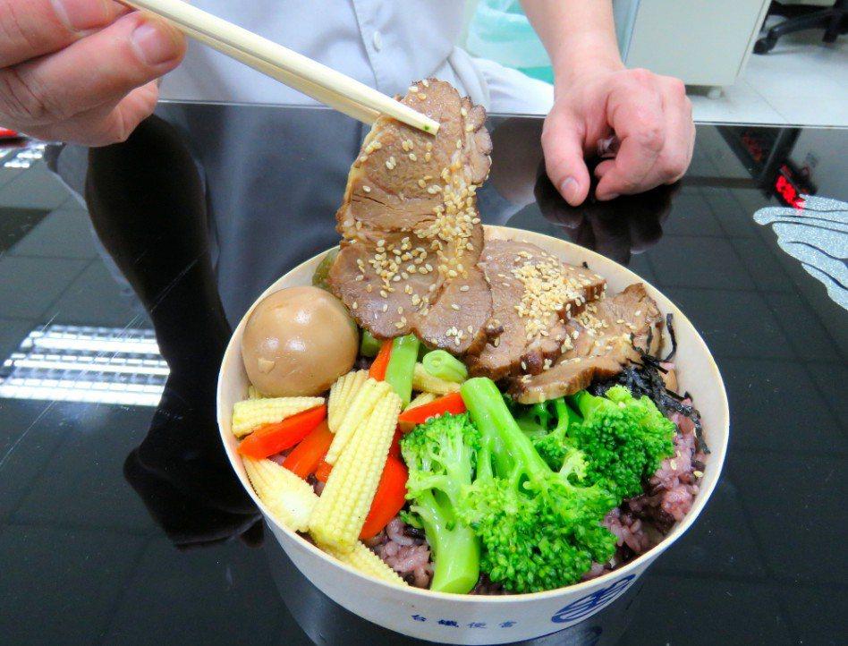 七堵研發的「喔熊梅花燒肉便當」 圖片來源/聯合報系