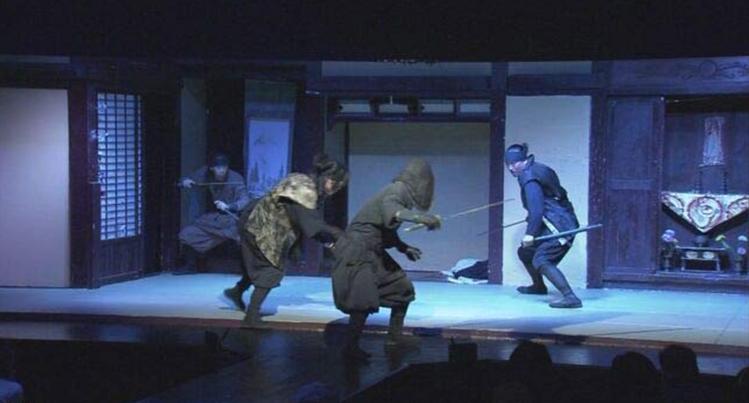 許多外國人非常熱愛忍者,特地跑來日本觀看忍者特技表演。圖/擷自NHK