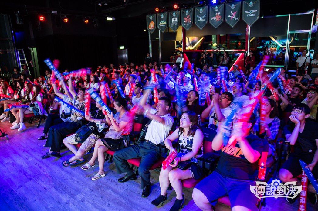現場滿場的觀眾熱情為支持的戰隊加油打氣。