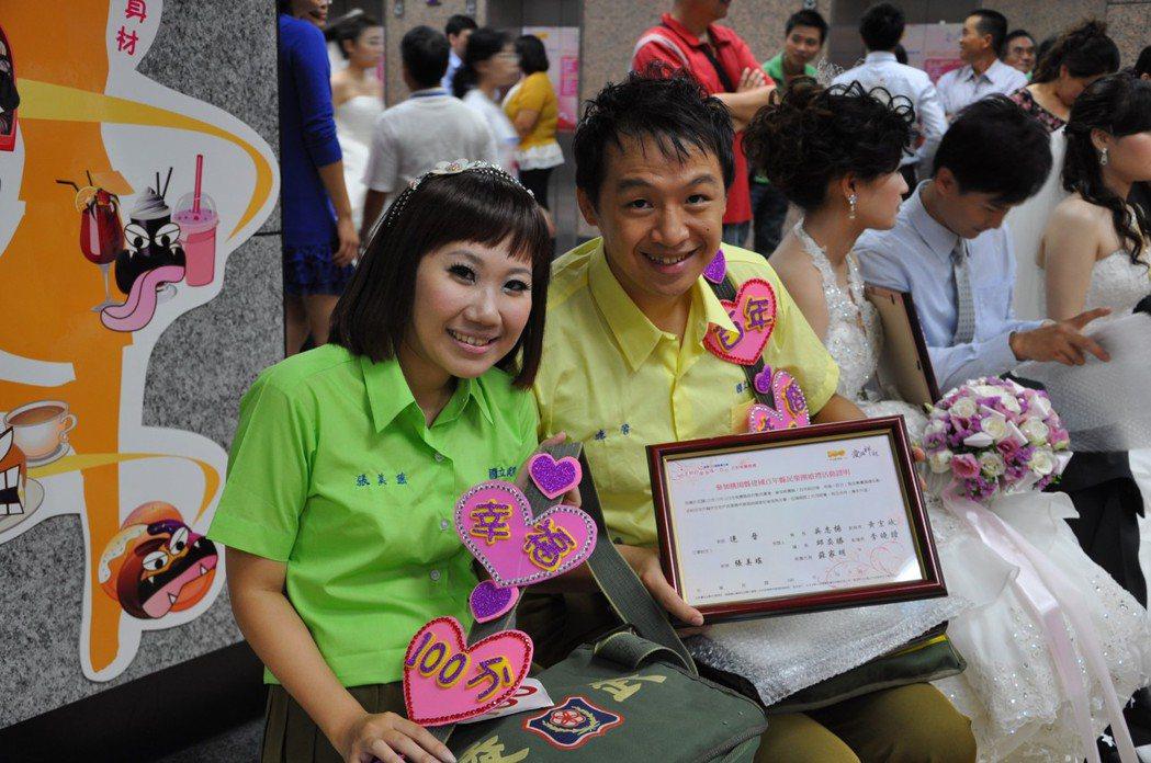 連晉(右)、張美瑤夫妻參加民國100年10月10日聯合婚禮,也是當年第一百對新人...
