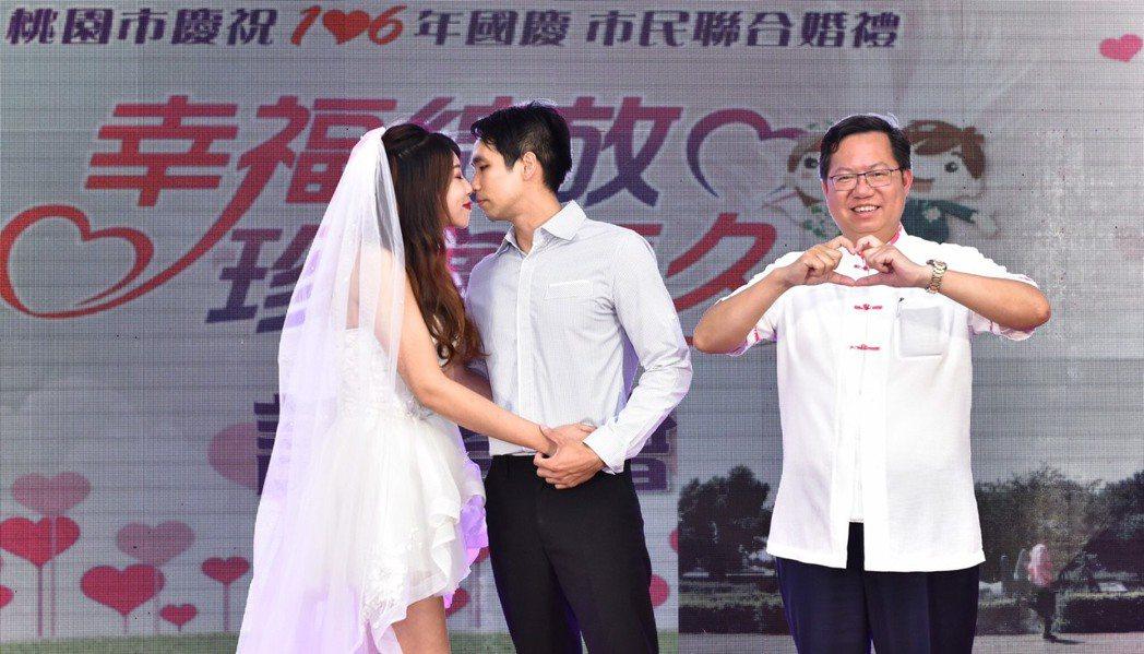 桃園市府將於雙十節當天舉辦聯合婚禮,共有95對佳偶參加,昨天舉辦暖身活動,市長鄭...