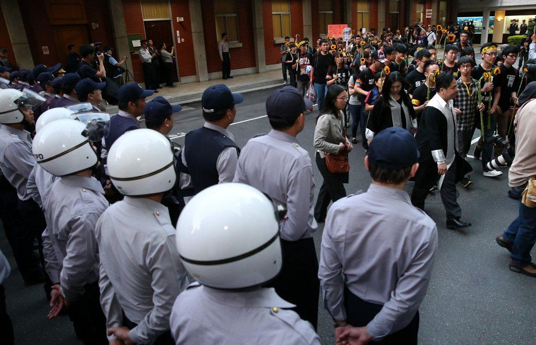 警察工作不輕鬆,須直接面對抗議群眾。圖為「太陽花學運」退場時學生走出立法院。 本...