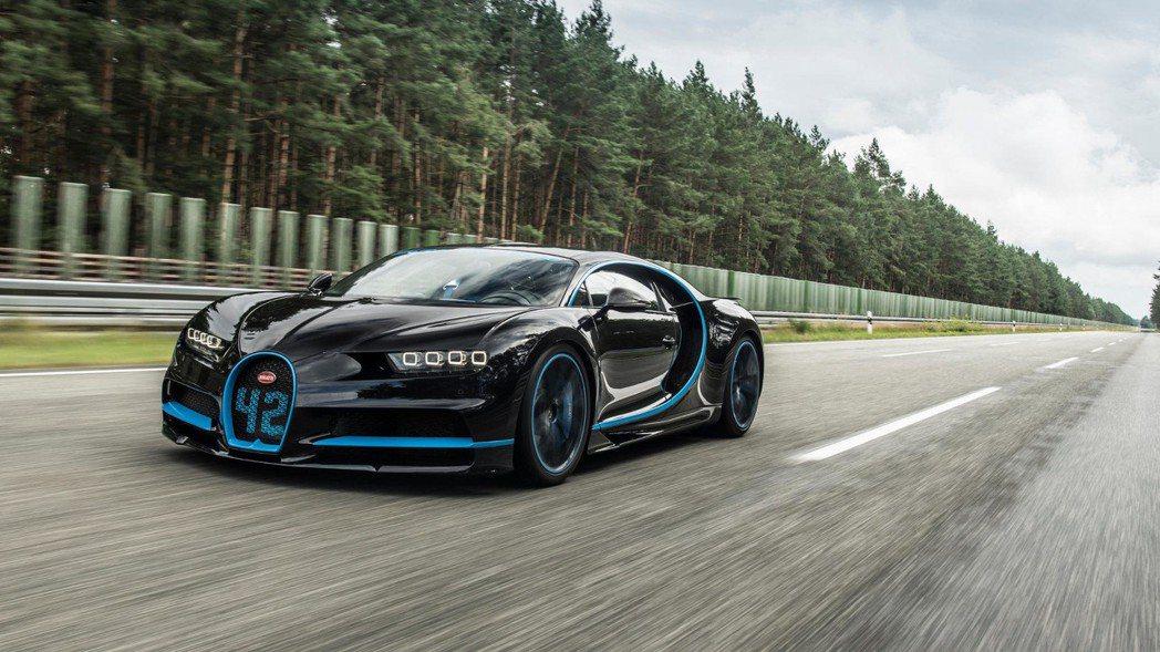 來自法國的Bugatti Chiron,搭載了輕量化且堅固的全碳纖維材質的單體式...