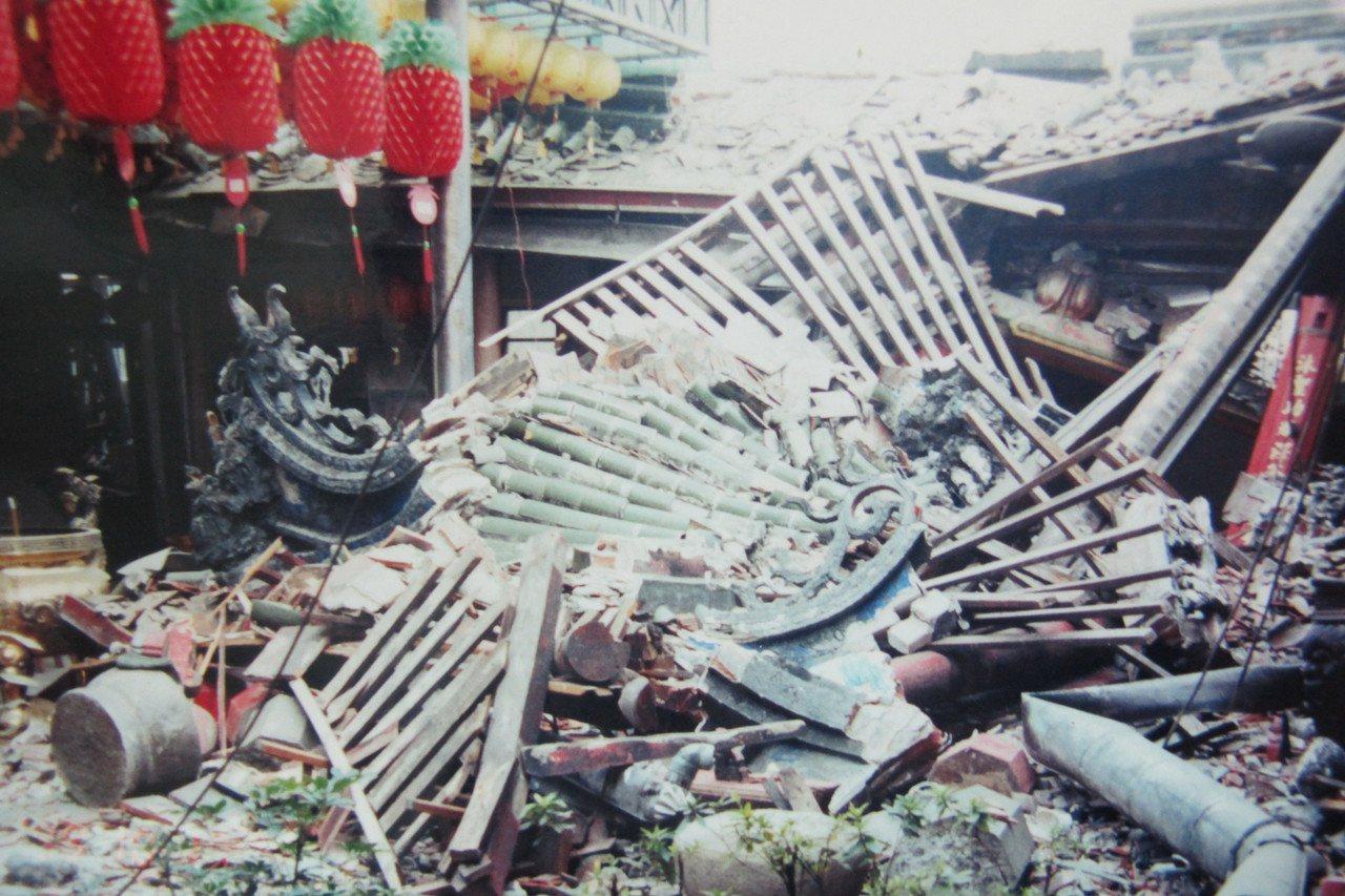921地震過後東勢巧聖仙師廟傾頹的情形。