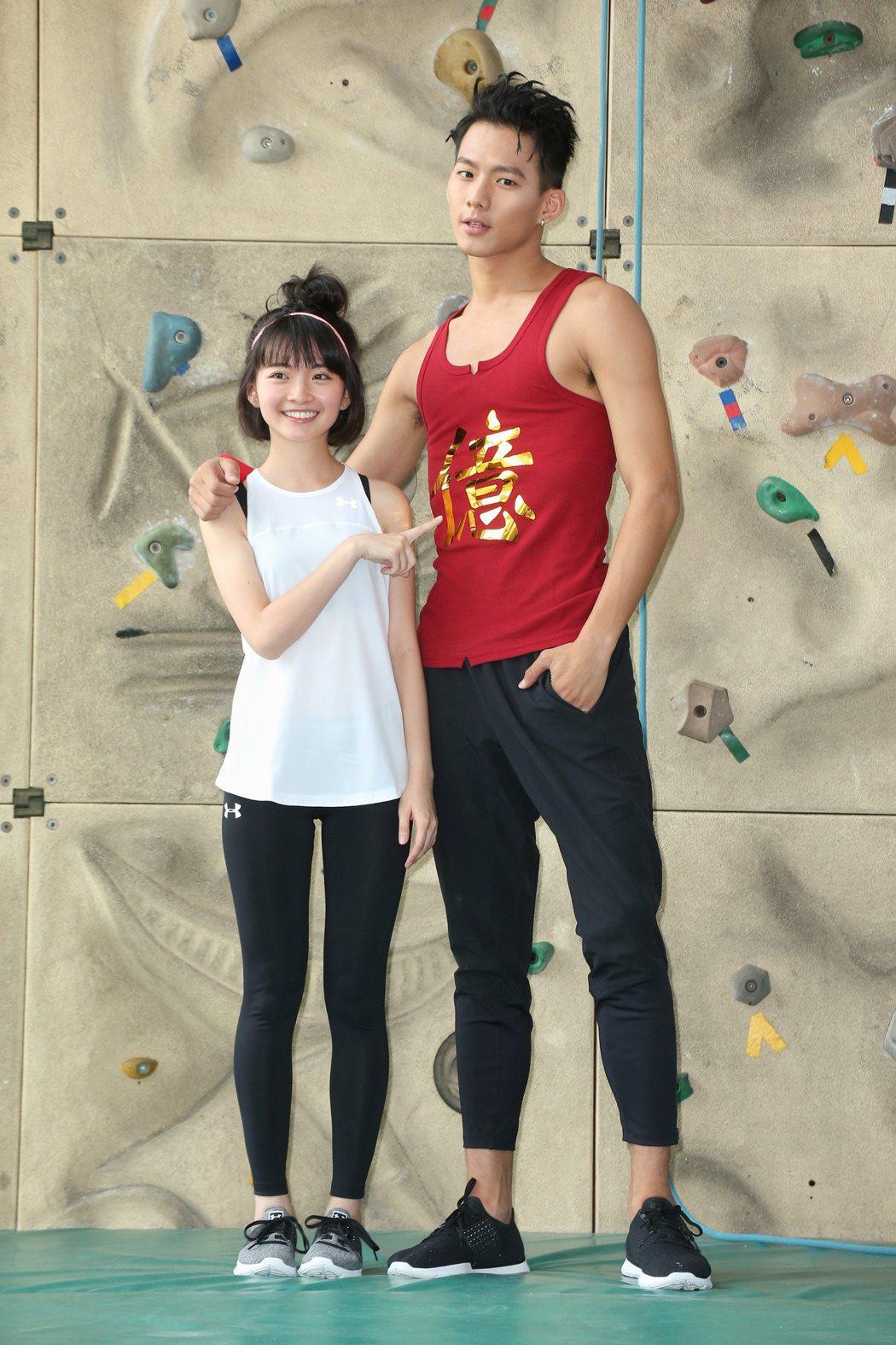 「紅衣小女孩2」破億 ,「虎爺」吳念軒 (右)裸爬攀岩謝票,詹宛儒(左)在一旁加...