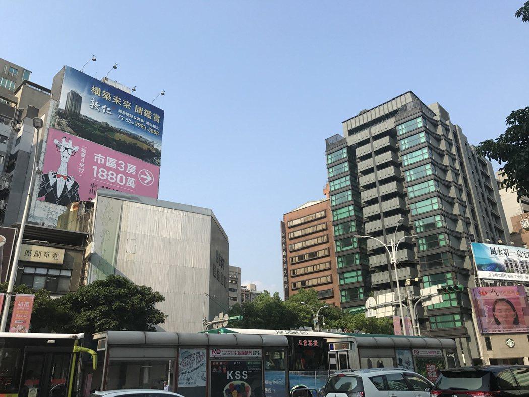網友現階段面臨要不要買房,難以抉擇的問題。記者游智文/攝影