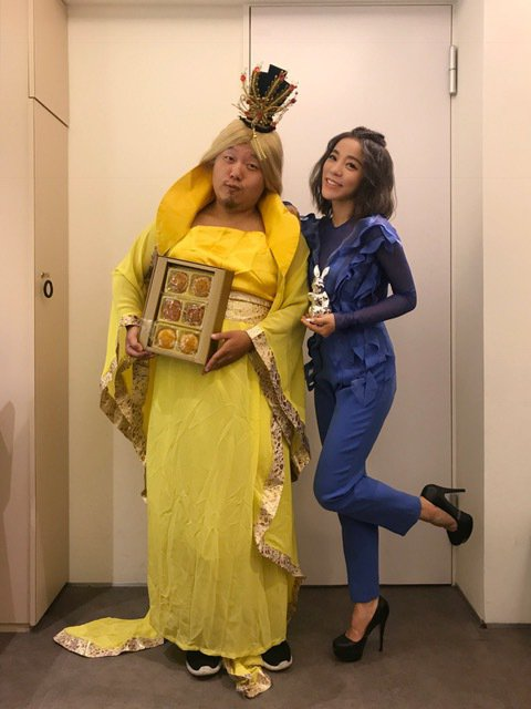 丁噹(右)收到「洋嫦」送來月餅探班。圖/相信音樂提供