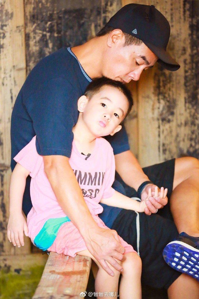 陳小春與兒子Jasper一起上「爸爸去哪兒5」。圖/摘自微博
