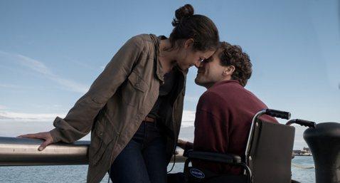 年度催淚電影「你是我的勇氣」,描述波士頓爆炸案雙腿截肢的生還者傑夫鮑曼為愛重新站起來的真實故事。被媒體影評一致認定有望憑本片再戰奧斯卡的演技男星傑克葛倫霍,不僅將男主角復健療傷的皮肉之苦表現得極為寫...