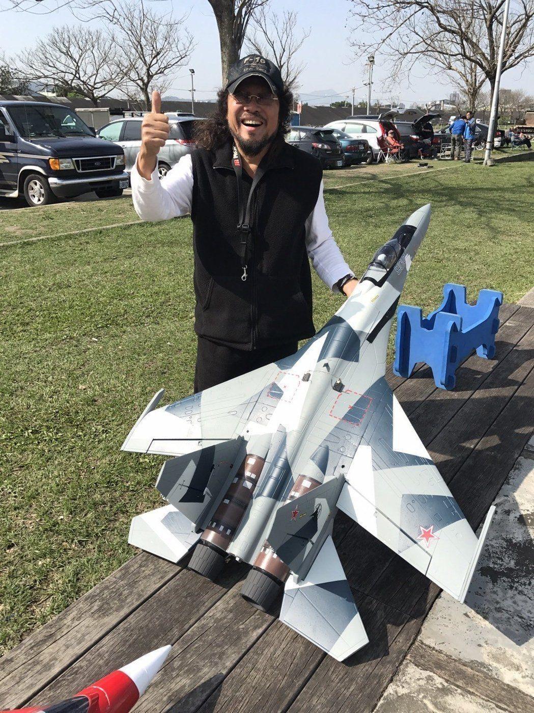 張菲這兩年不敢遠遊,每天都往新莊河濱公園玩搖控飛機,早上到,傍晚離開回家陪父親吃...